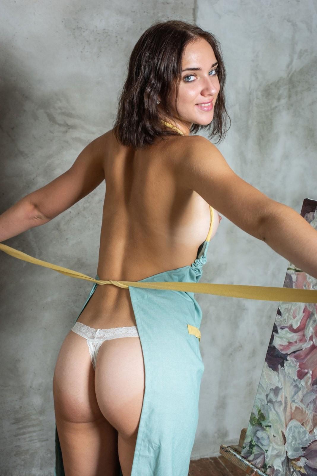 Молодая художница с сексуальным телом - фото