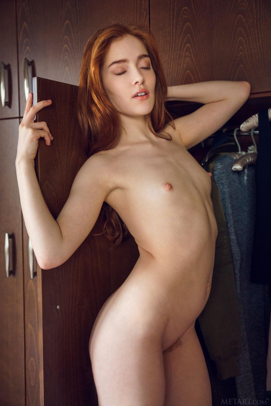 Рыжая баба с плоской грудью - фото