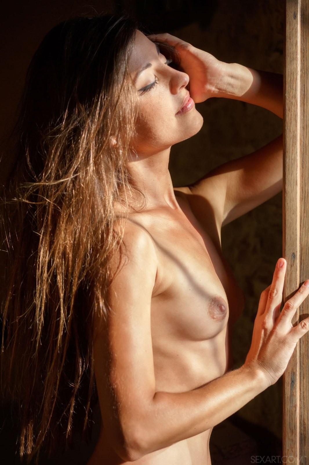 Худощавая девица в кружевном платье - фото