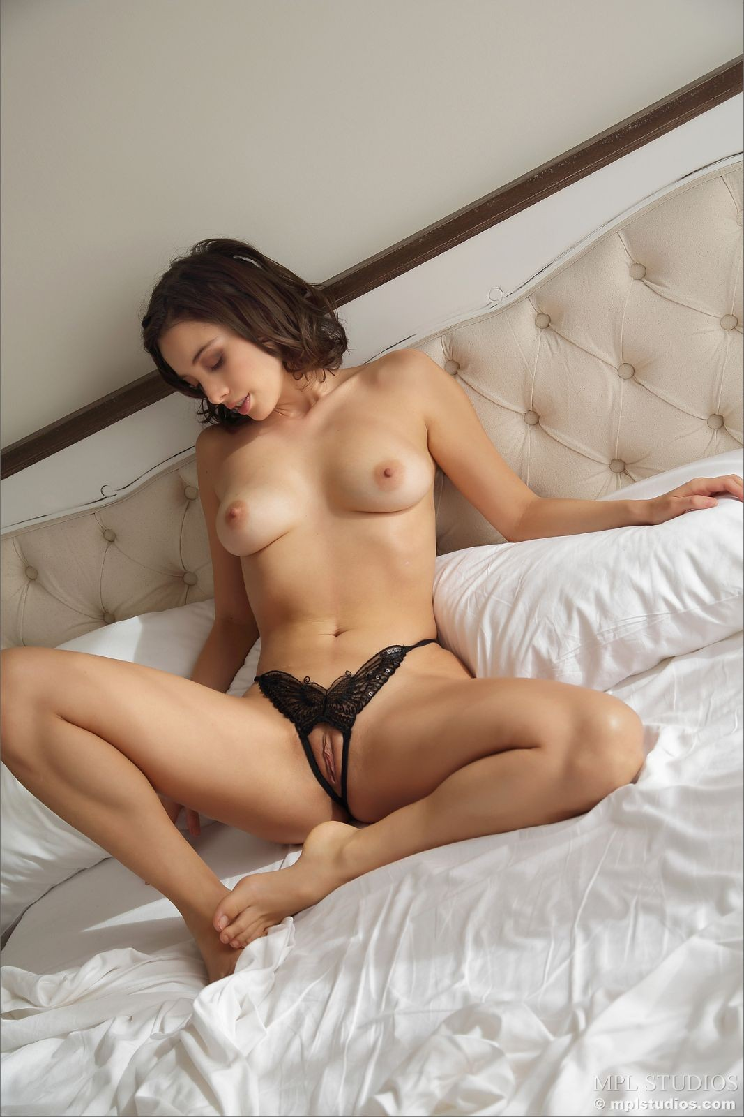 Девушка в трусах с дыркой между ног - фото