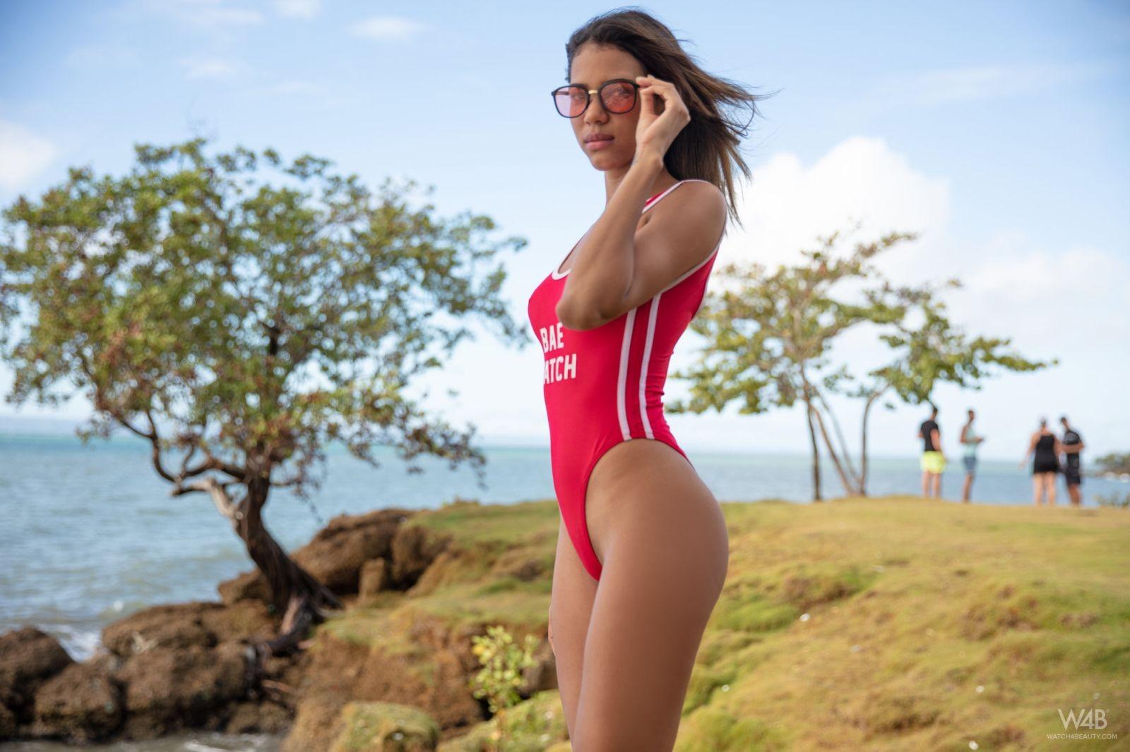 Молодая смуглянка в купальнике - фото
