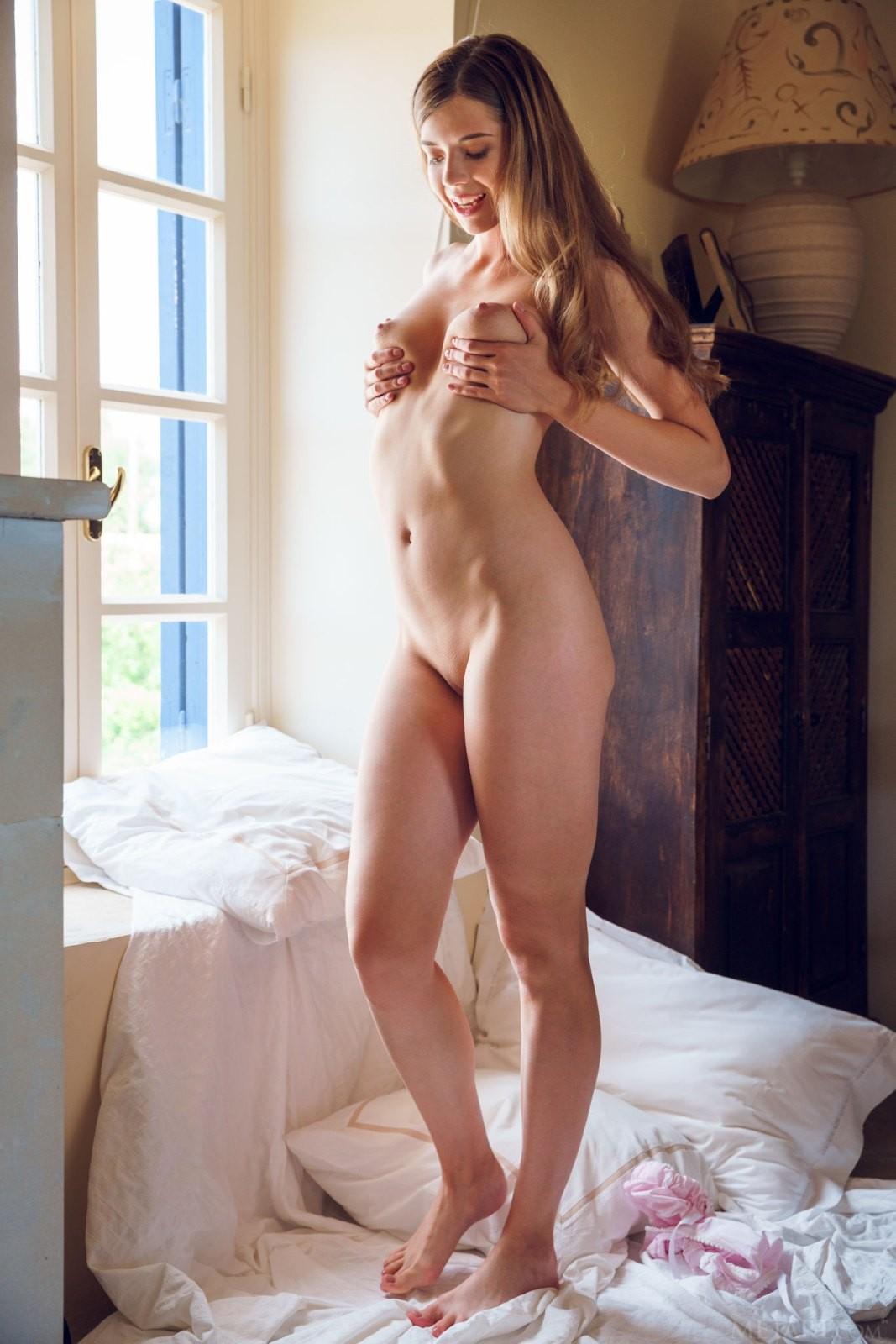 Молодая девица в панталонах - фото