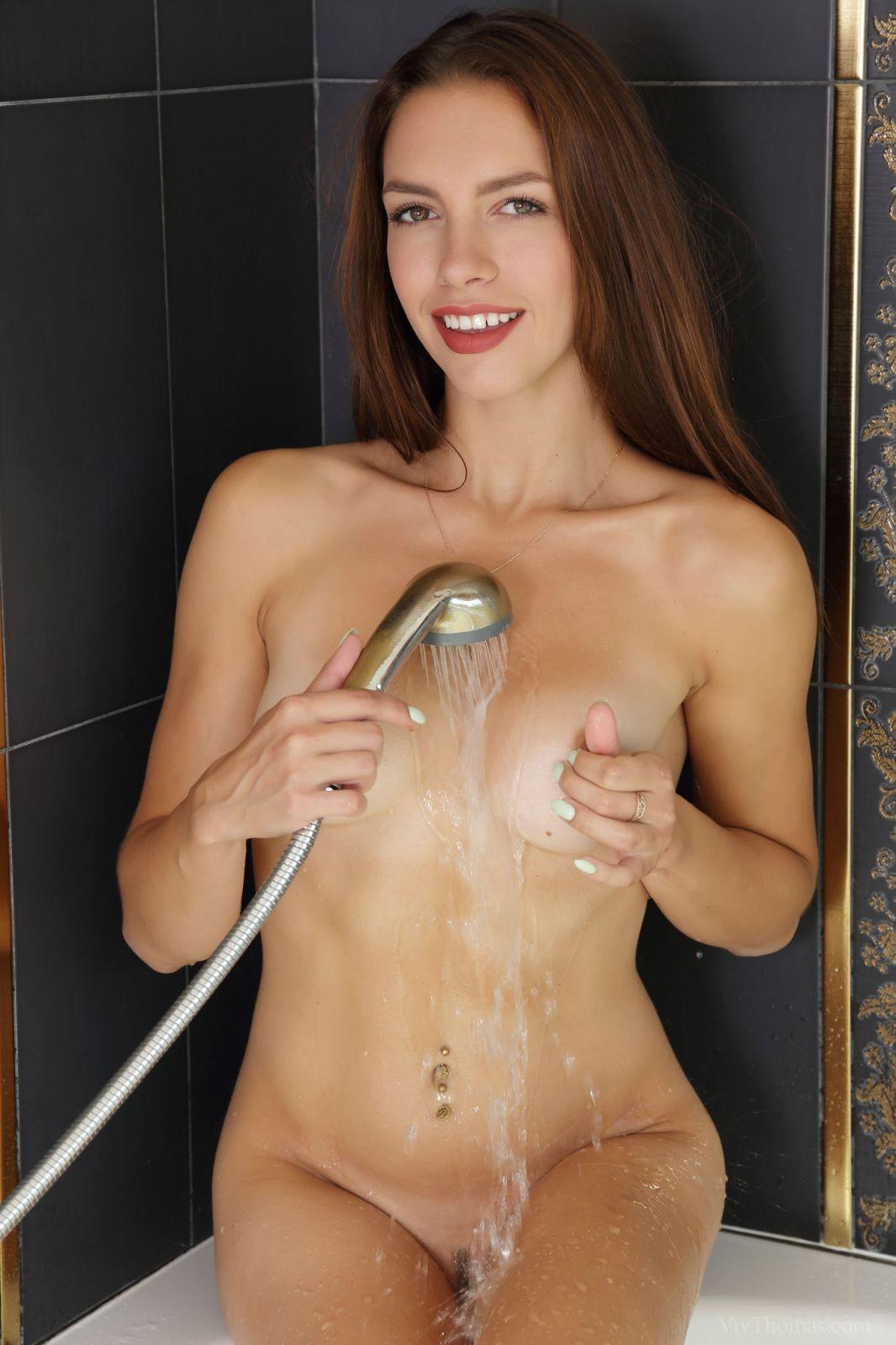 Красивая шатенка в ванной - фото