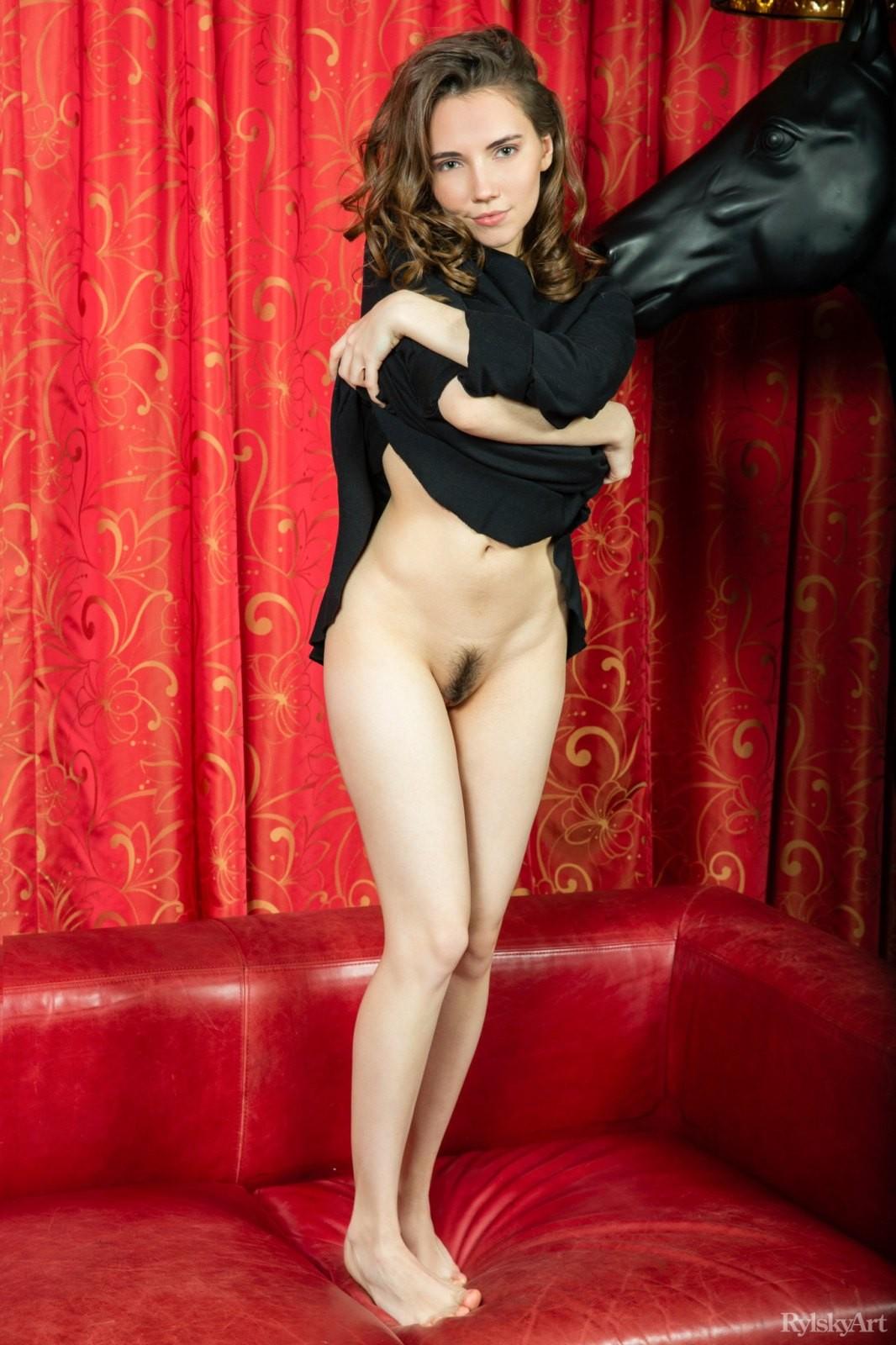 Голожопая девица на диване - фото