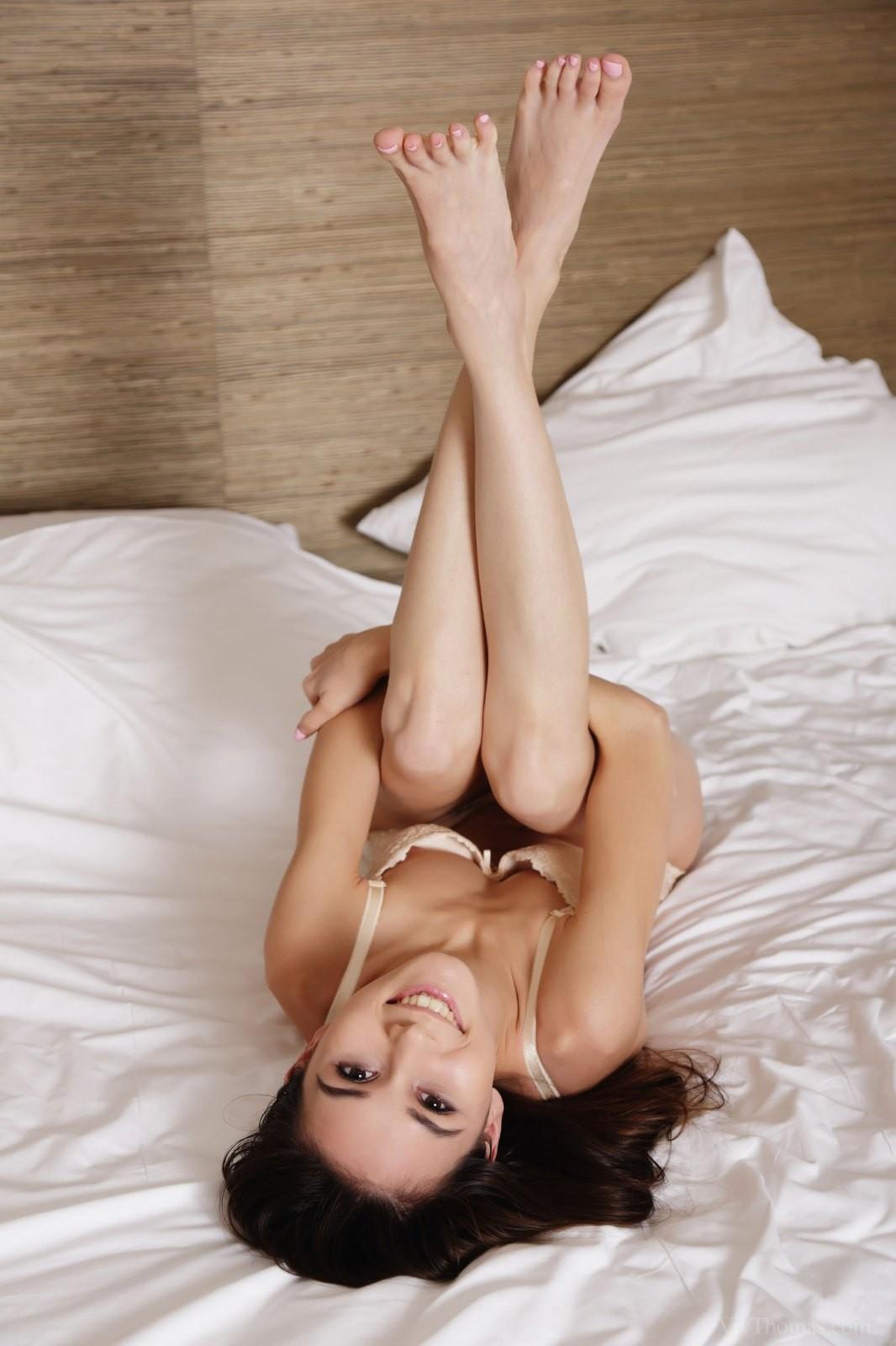 Молоденькая девица с сексуальной бритой писькой - фото