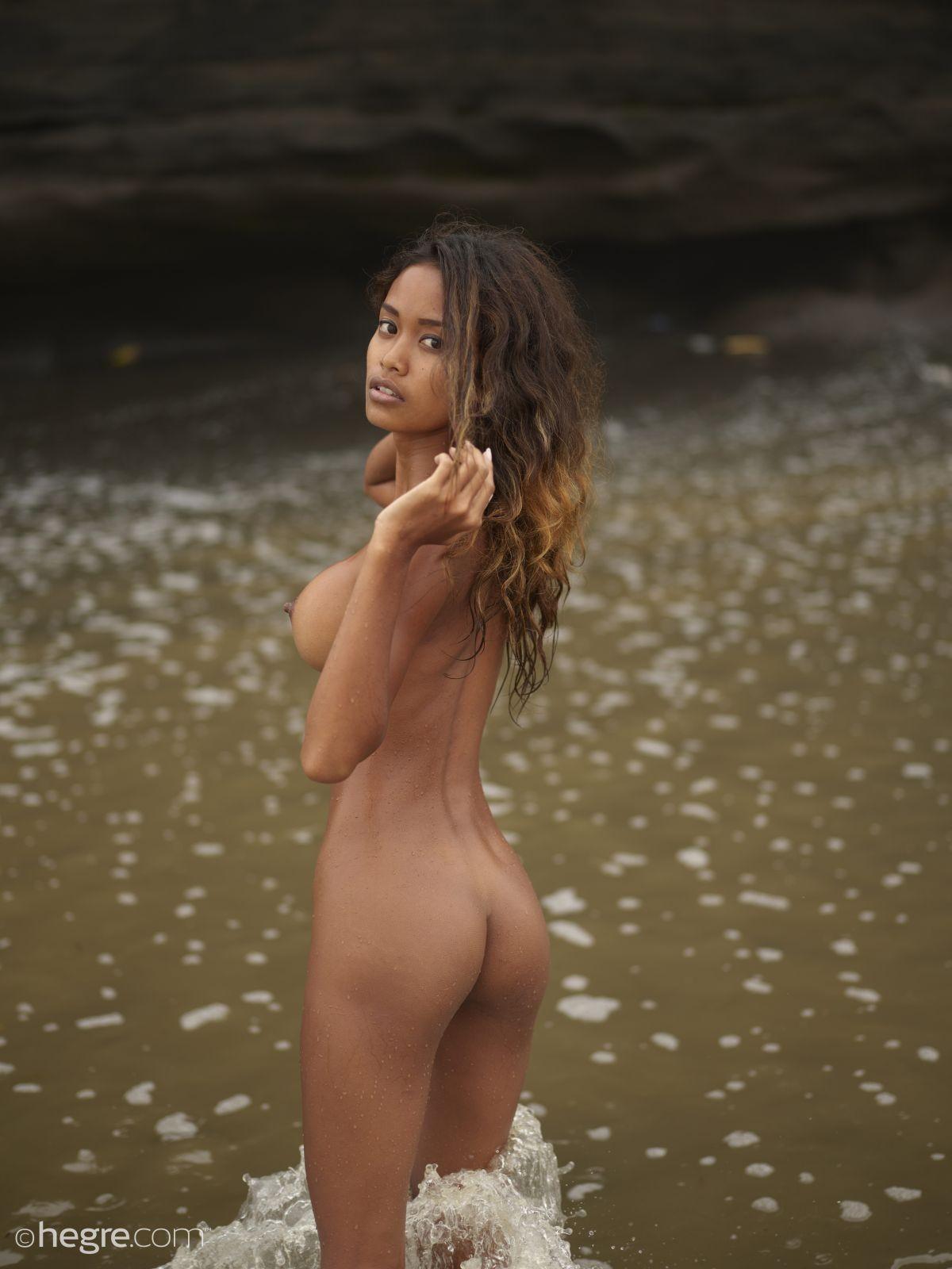 Грудастая шоколадка на пляже - фото
