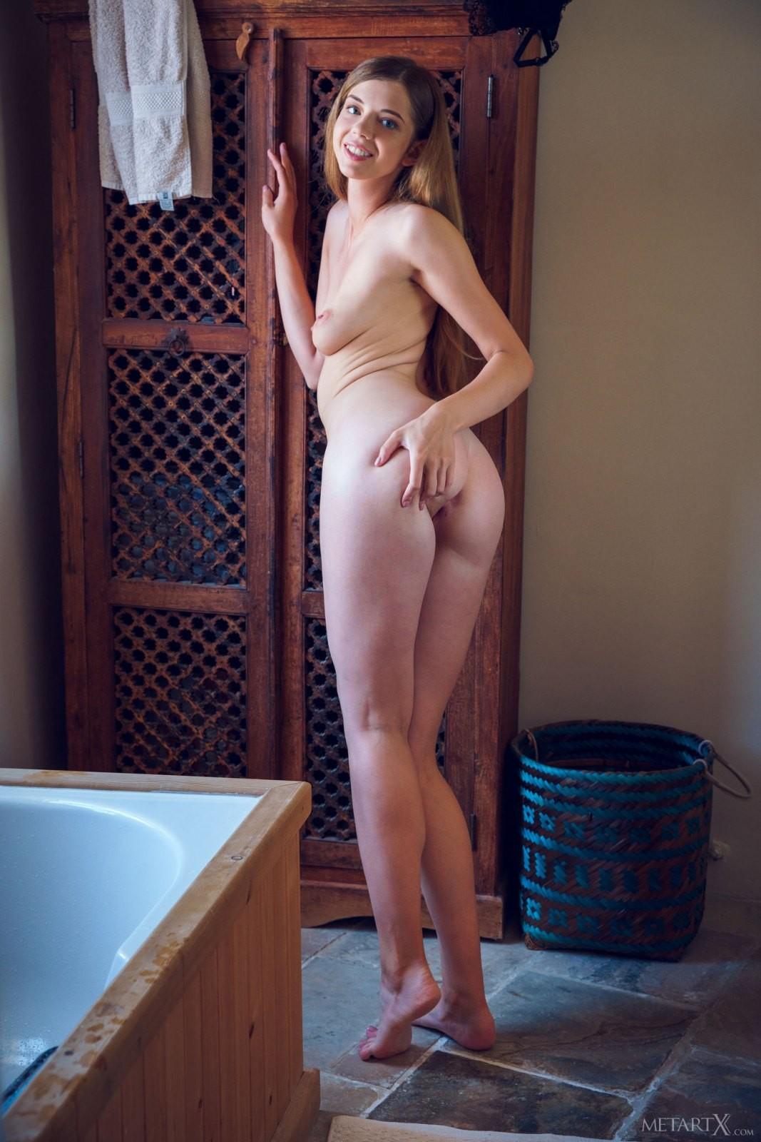 Девушка с мокрой попкой в душе - фото