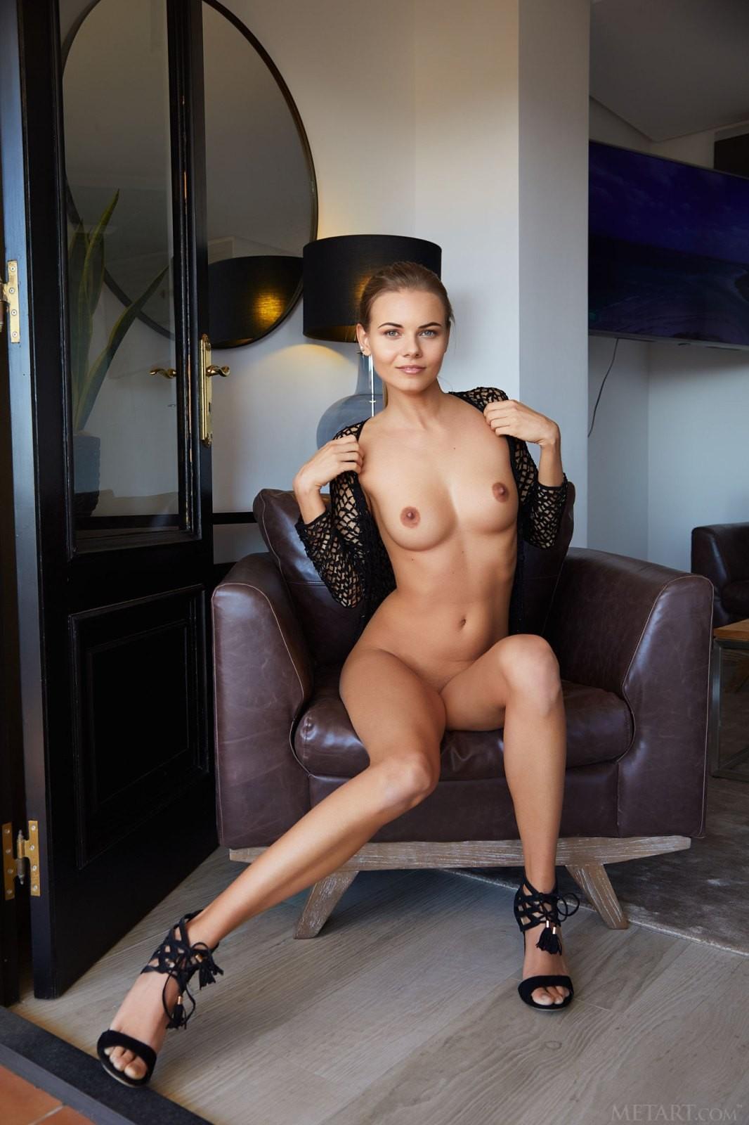 Модель со смачной киской и красивой грудью - фото