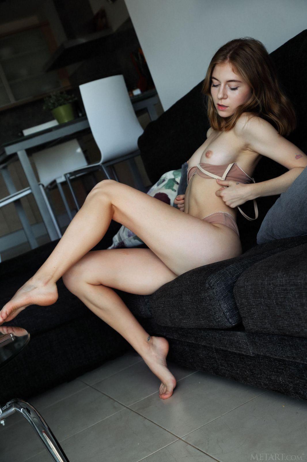 Худышка со сладкой задницей - фото