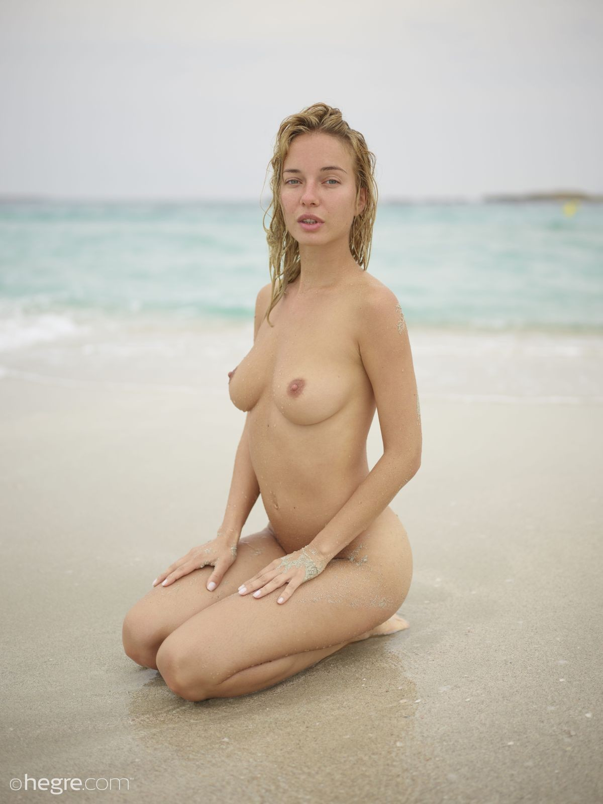 Деваха с анальной пробкой на пляже - фото