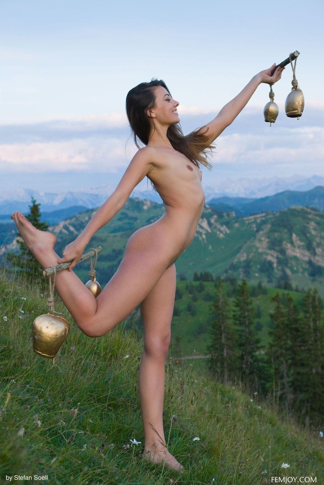 Нагая модель с плоской грудью в горах - фото