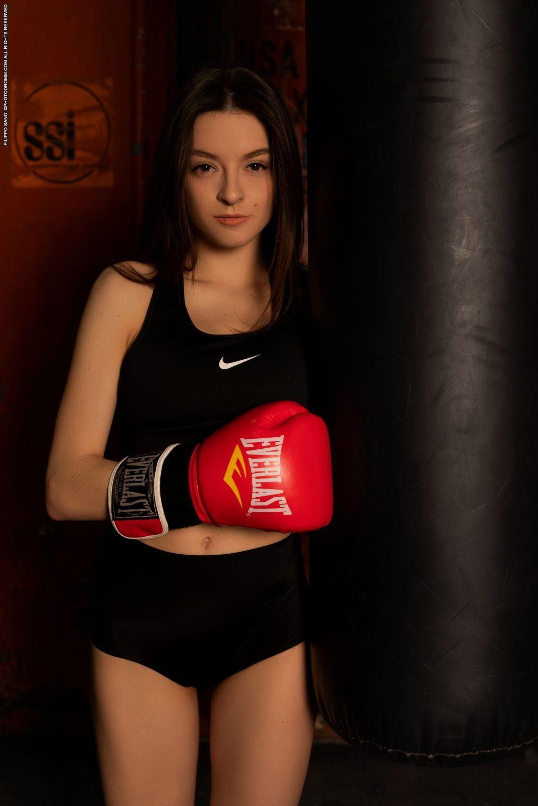Голая девушка в боксёрских перчатках - фото