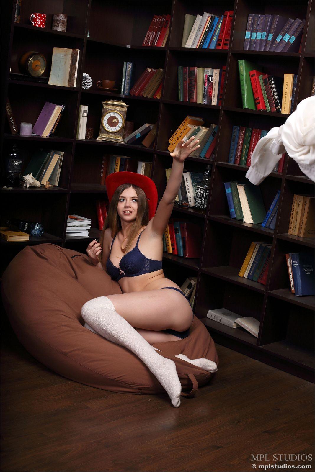Девка встала раком в библиотеке - фото