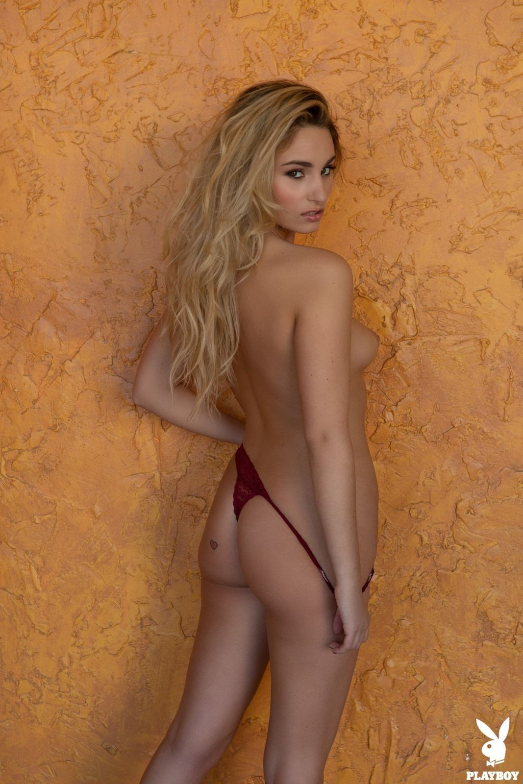 Блондинка с красивой фигурой - фото