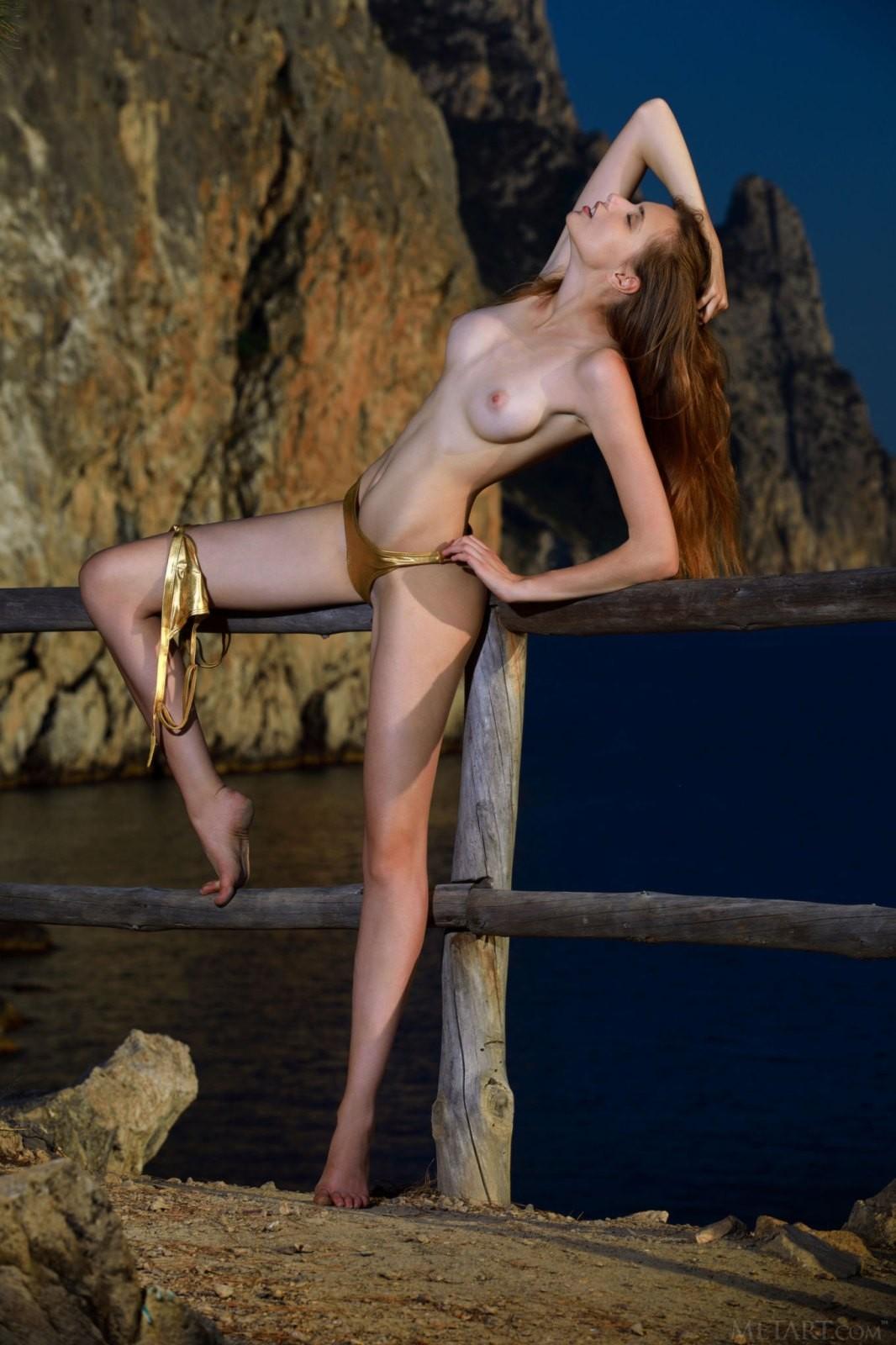 Шатенка в золотом купальнике - фото