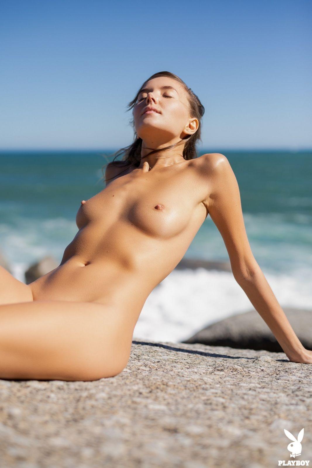Юная особа снимает купальник на пляже - фото