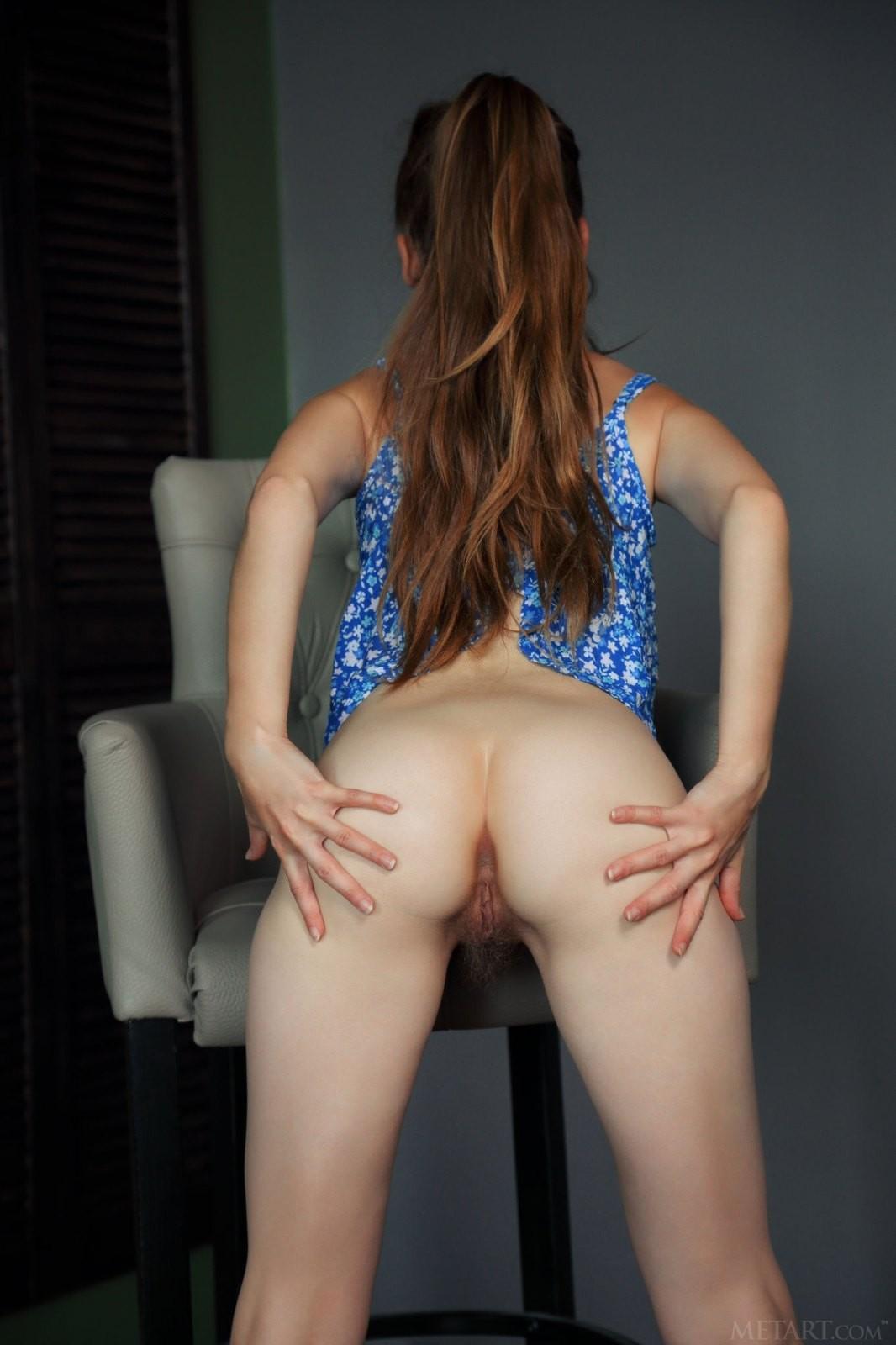 Молодая девушка с волосатой киской - фото