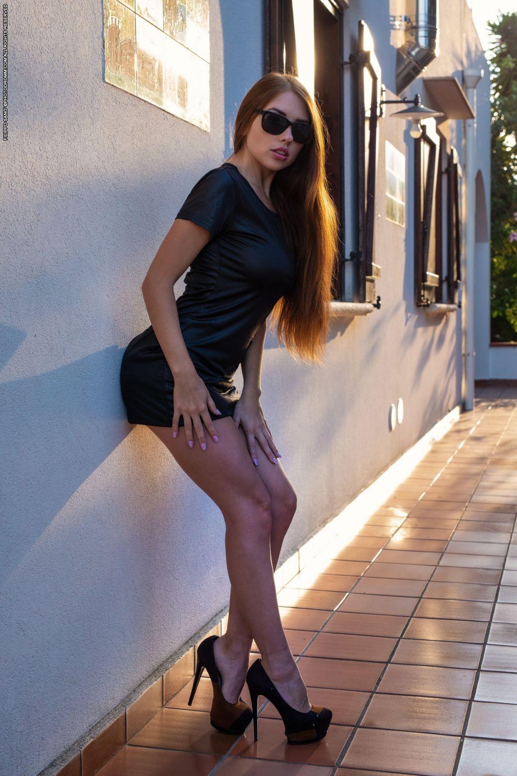 Аппетитная девушка в платье и туфлях - фото