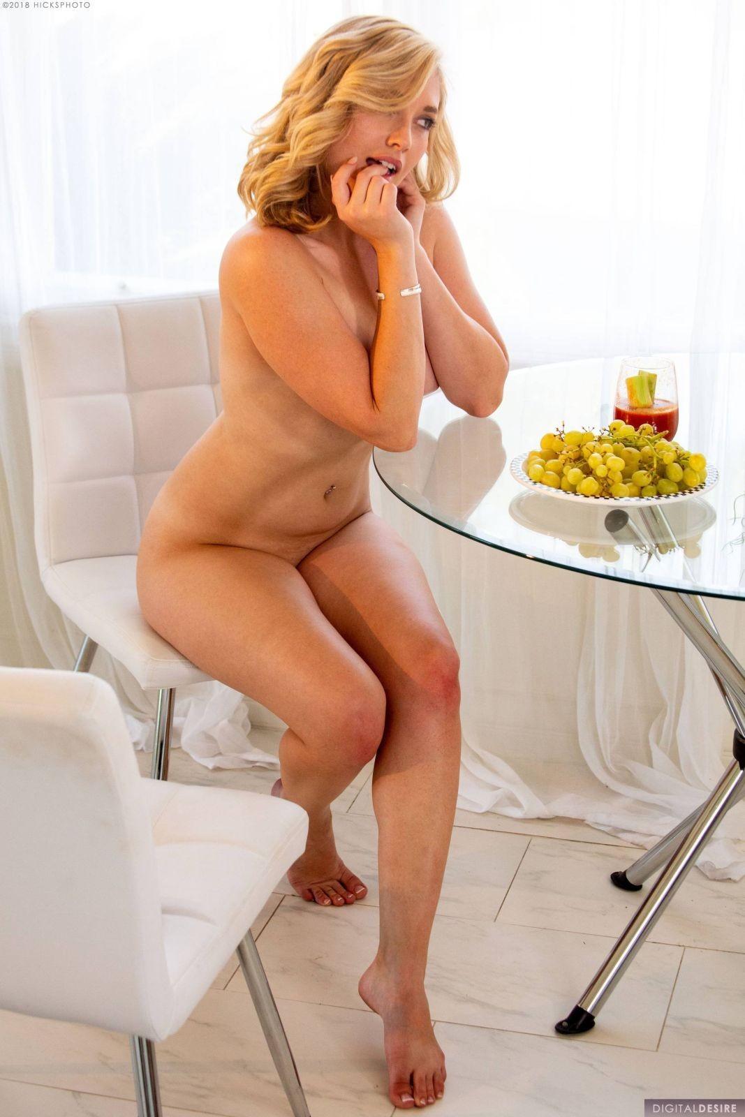 Блондинка с большой жопой на стуле - фото