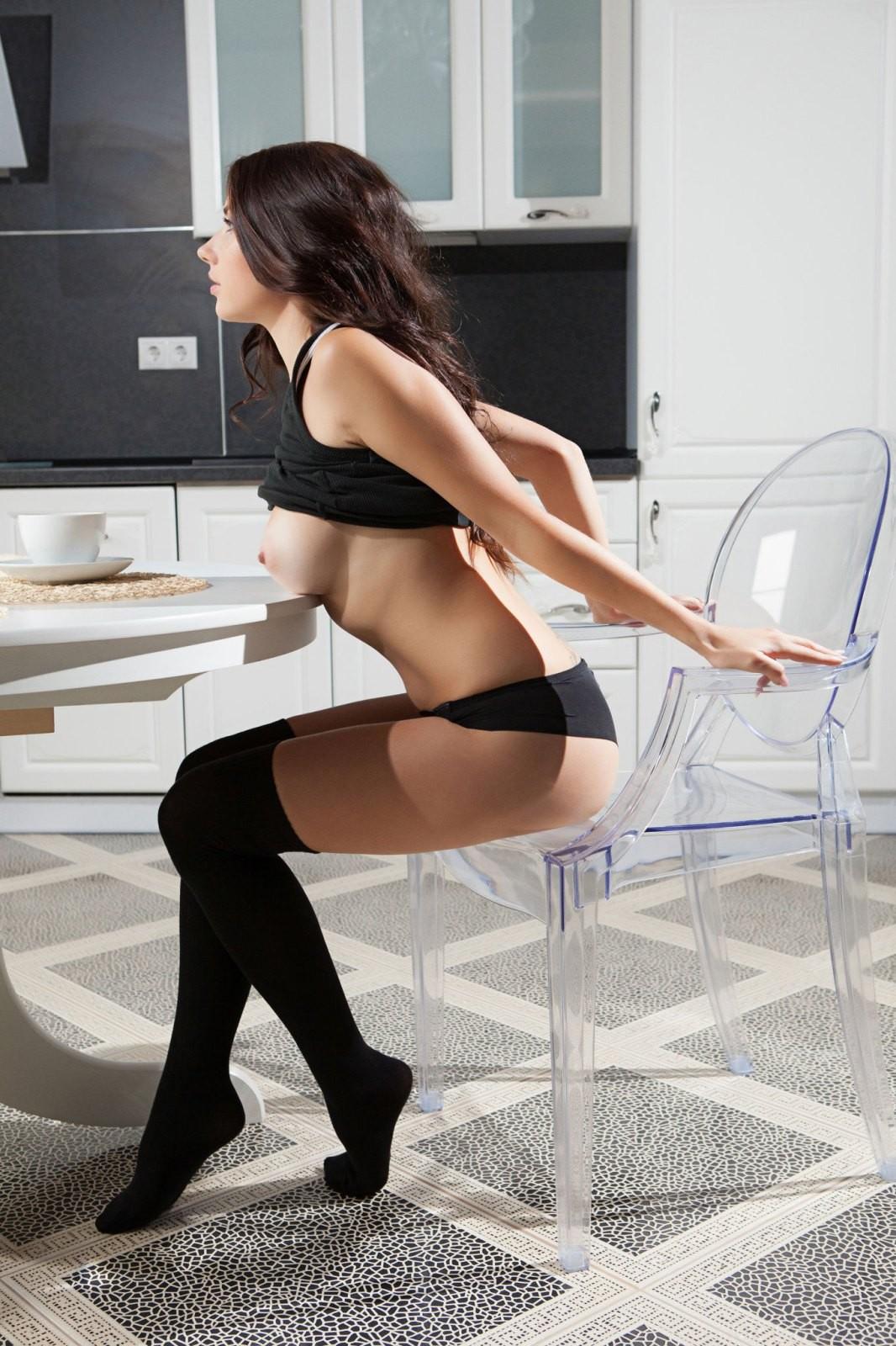 Девушка с голыми сиськами на кухне - фото