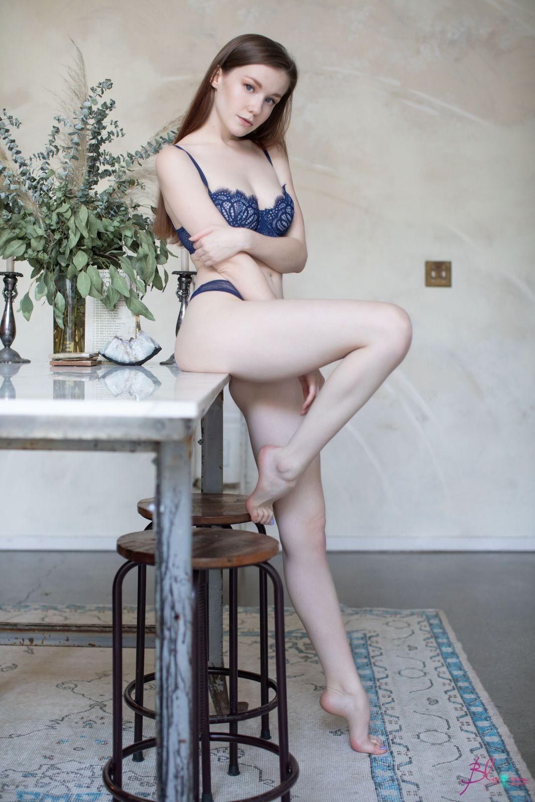 Молодая красотка с классными формами - фото