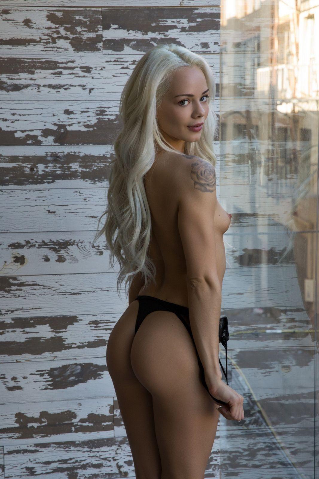 Стройная блондинка с шикарным юным телом - фото