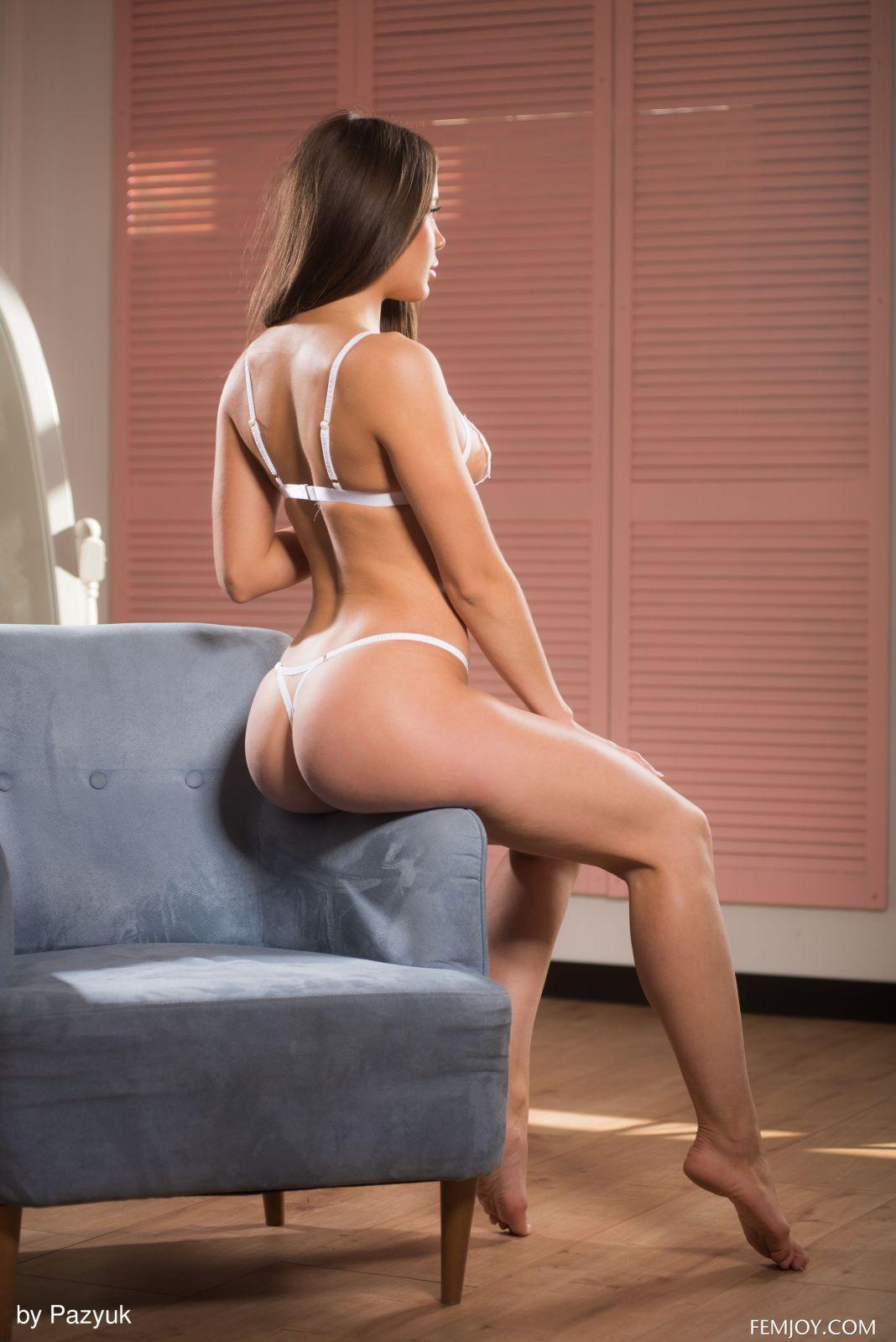 Девушка в нижнем белье на кресле - фото