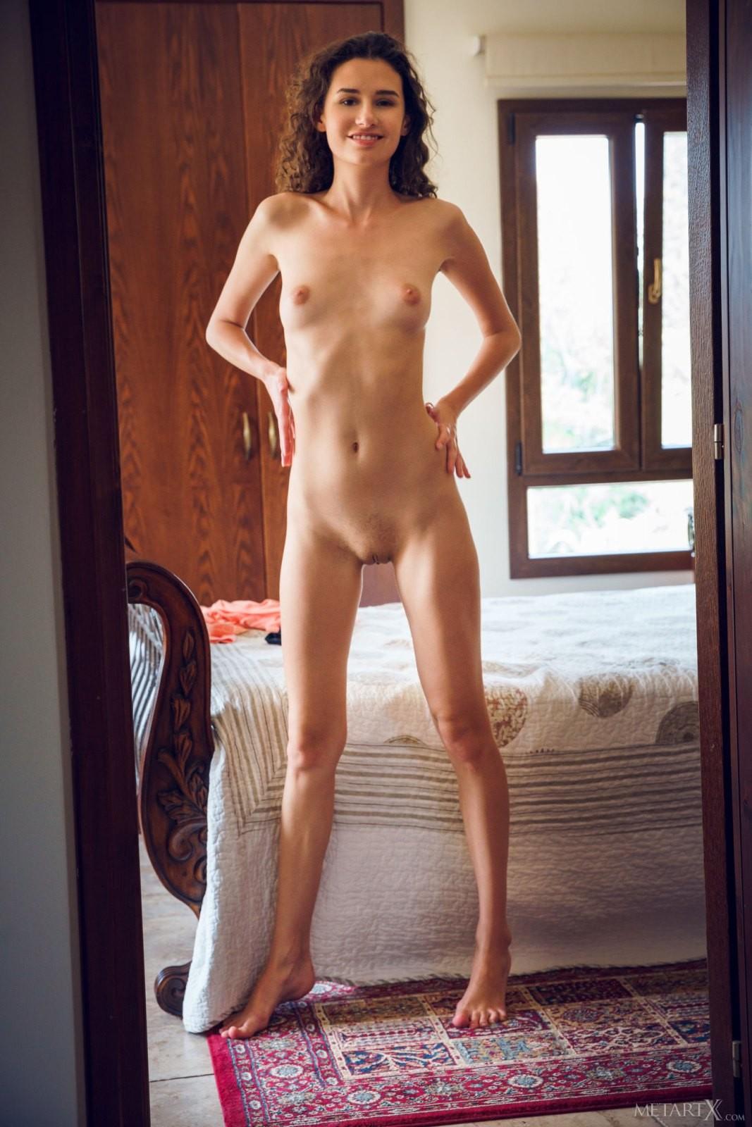 Тощая девка с бритой киской - фото