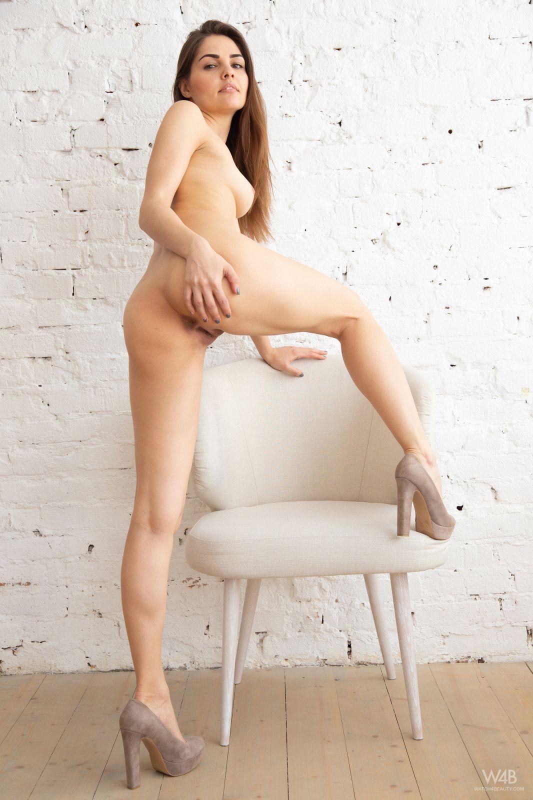 Красивая девушка в туфлях и белом белье - фото