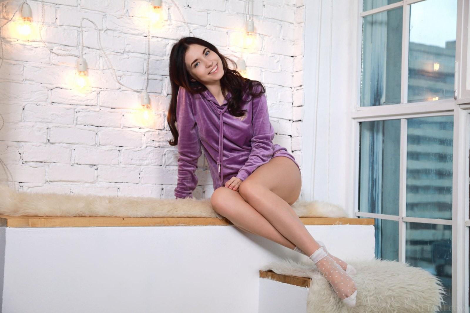 Темноволосая милашка снимает пижаму - фото
