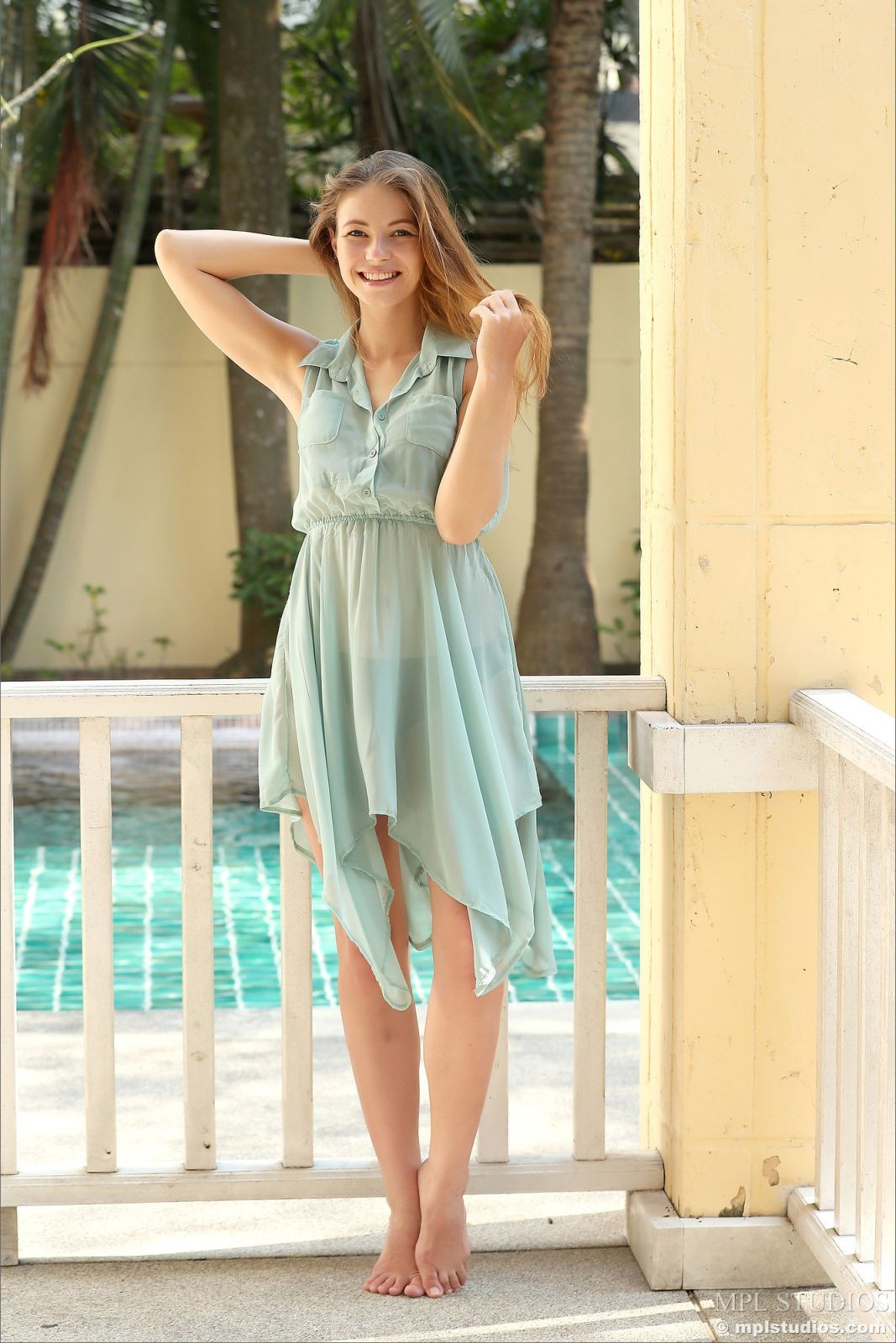 Милая девушка сняла платье и трусы - фото