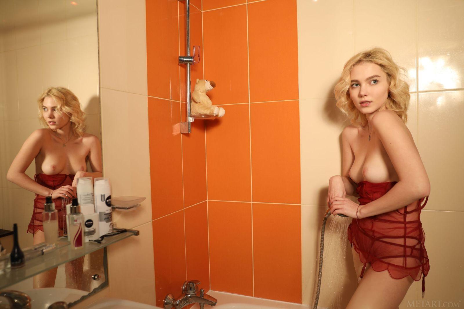 Блондинка в белье принимает душ - фото