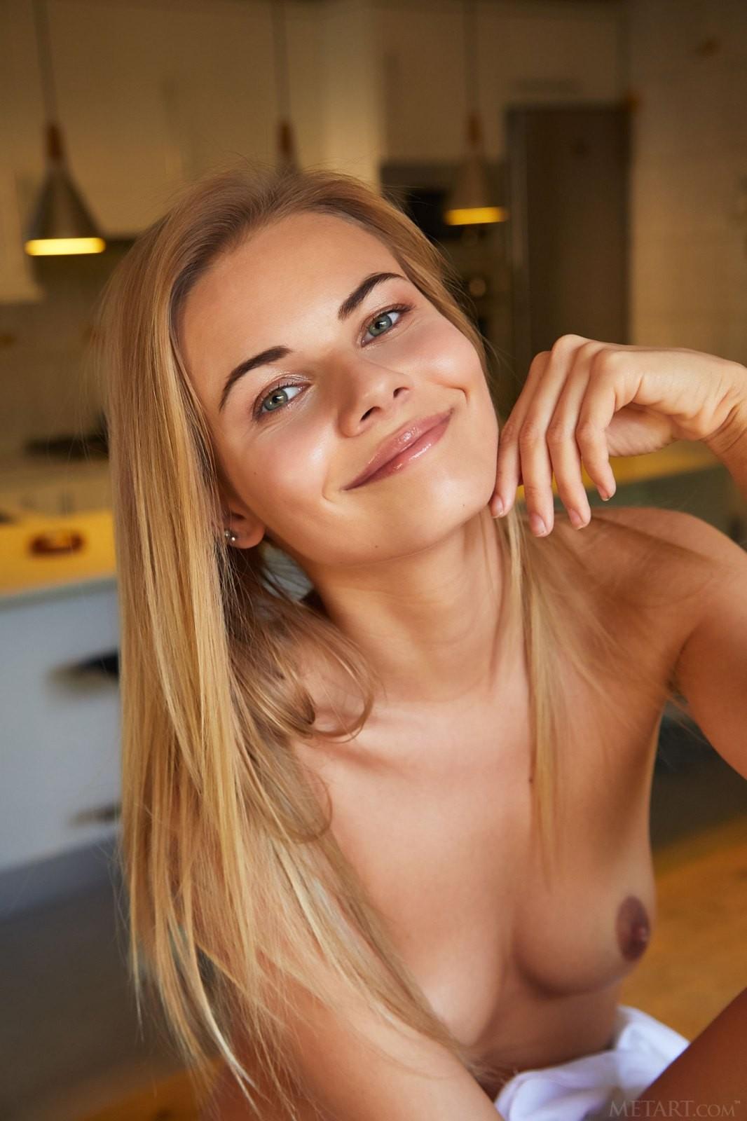 Молодая домохозяйка с красивой фигурой - фото