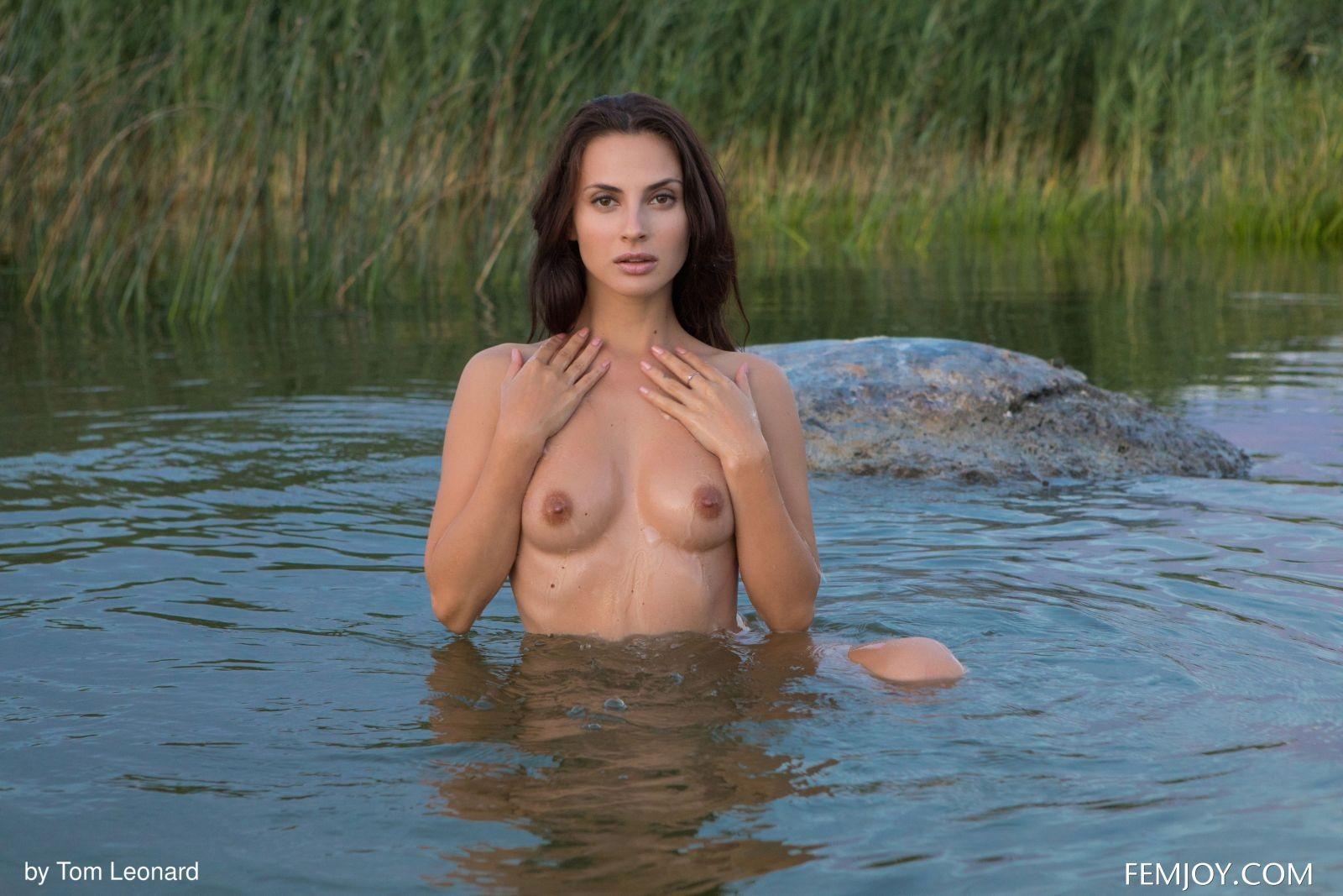 Сексапильная брюнетка в озере - фото