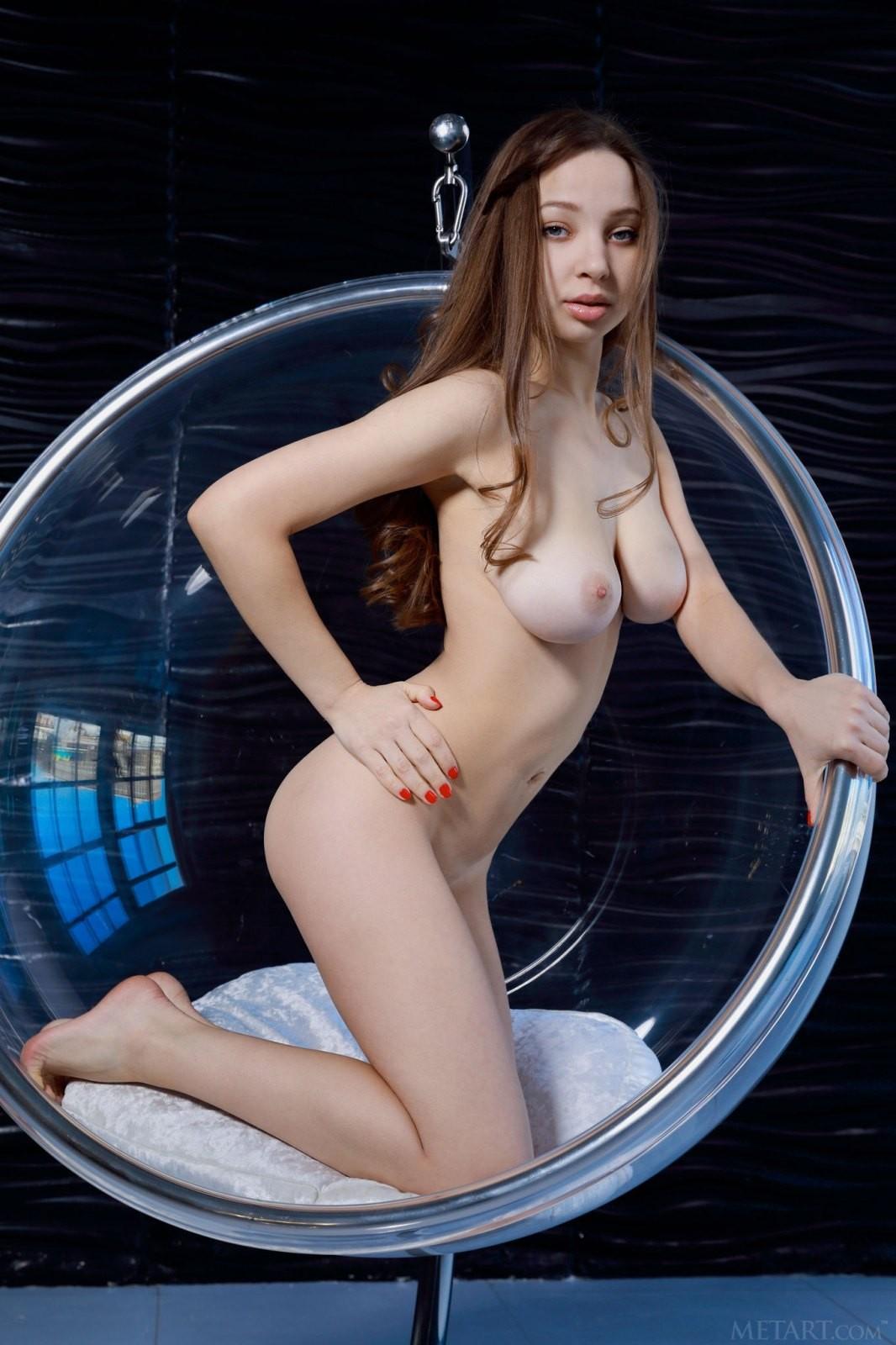 Сексапильная девица в фото студии - эротика
