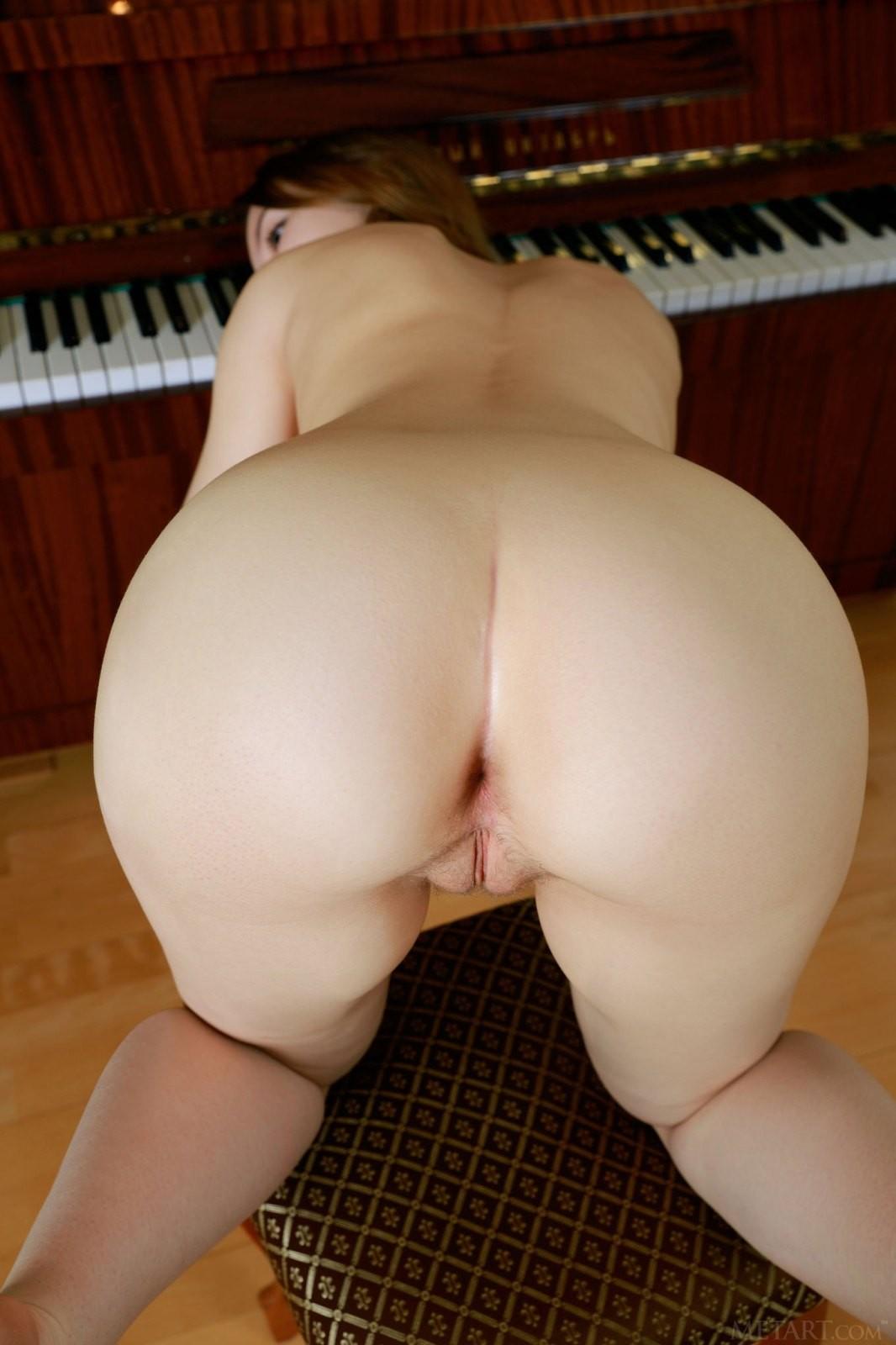 Жопастая учительница музыки - фото