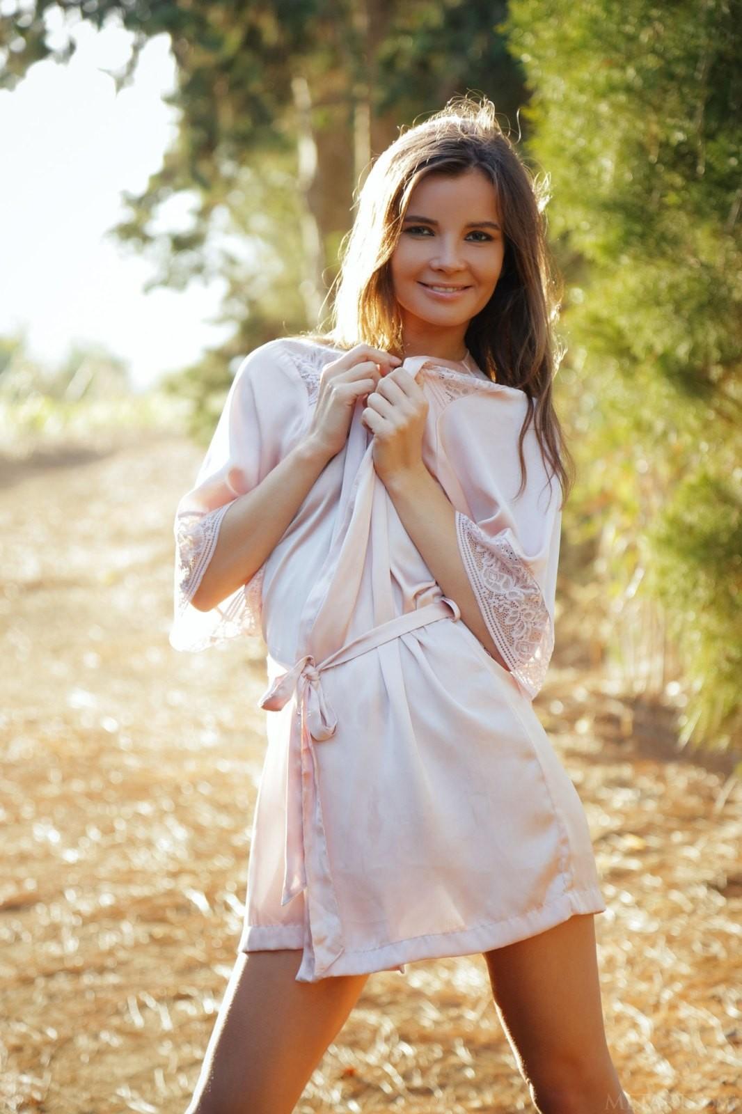 Распутная девушка на сельской дороге - фото