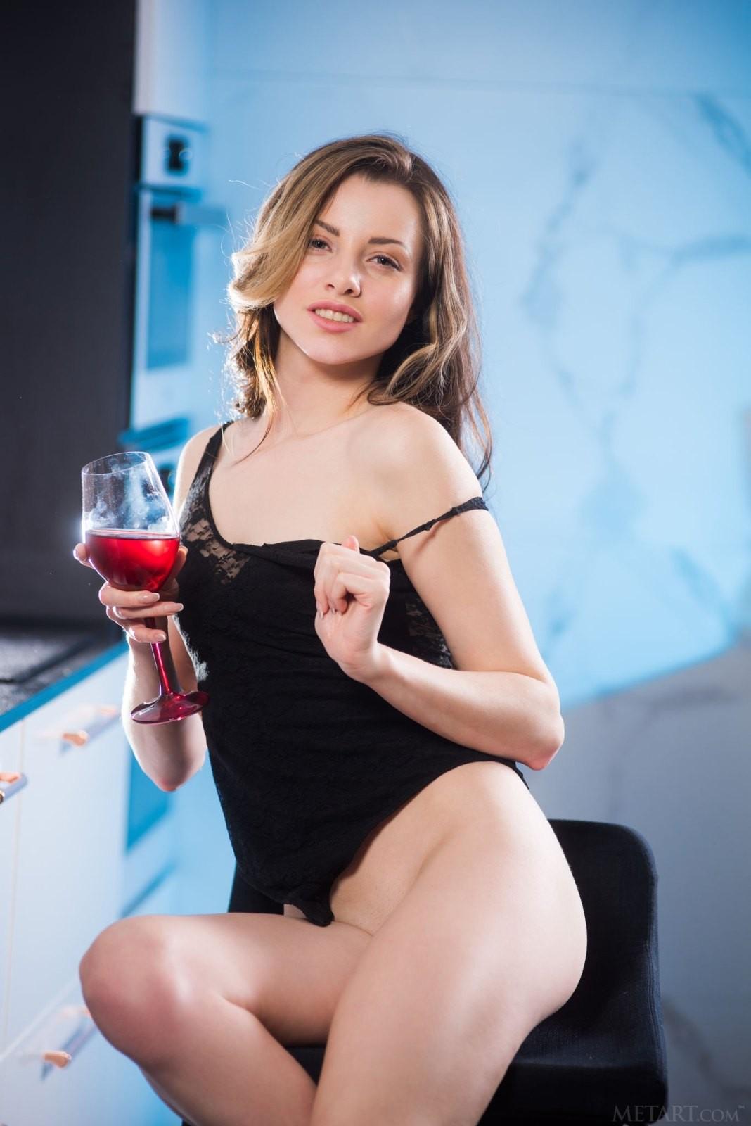 Выпившая девушка с бритой писькой - фото