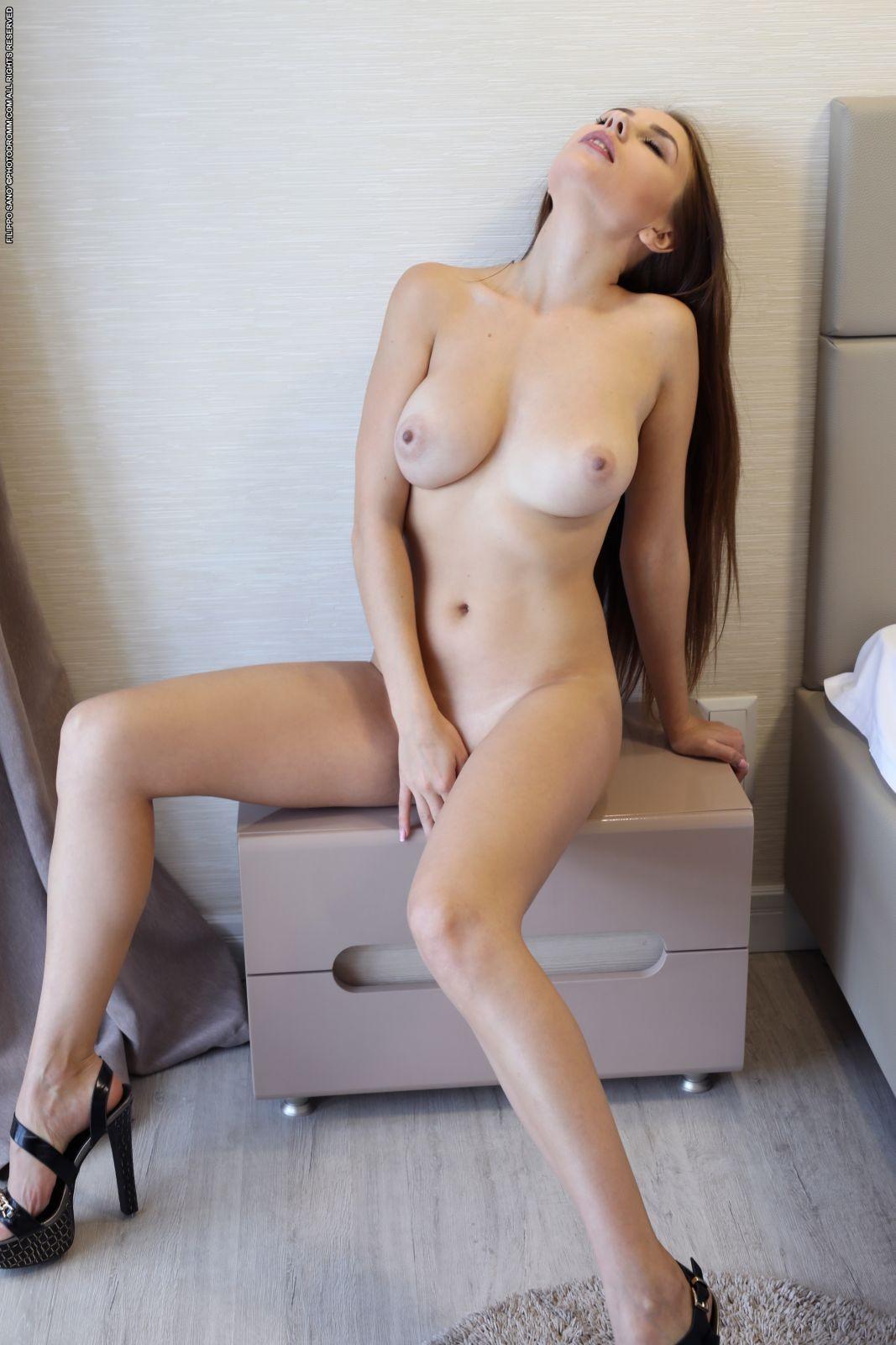 Сучка показала красивые дойки в отеле - фото