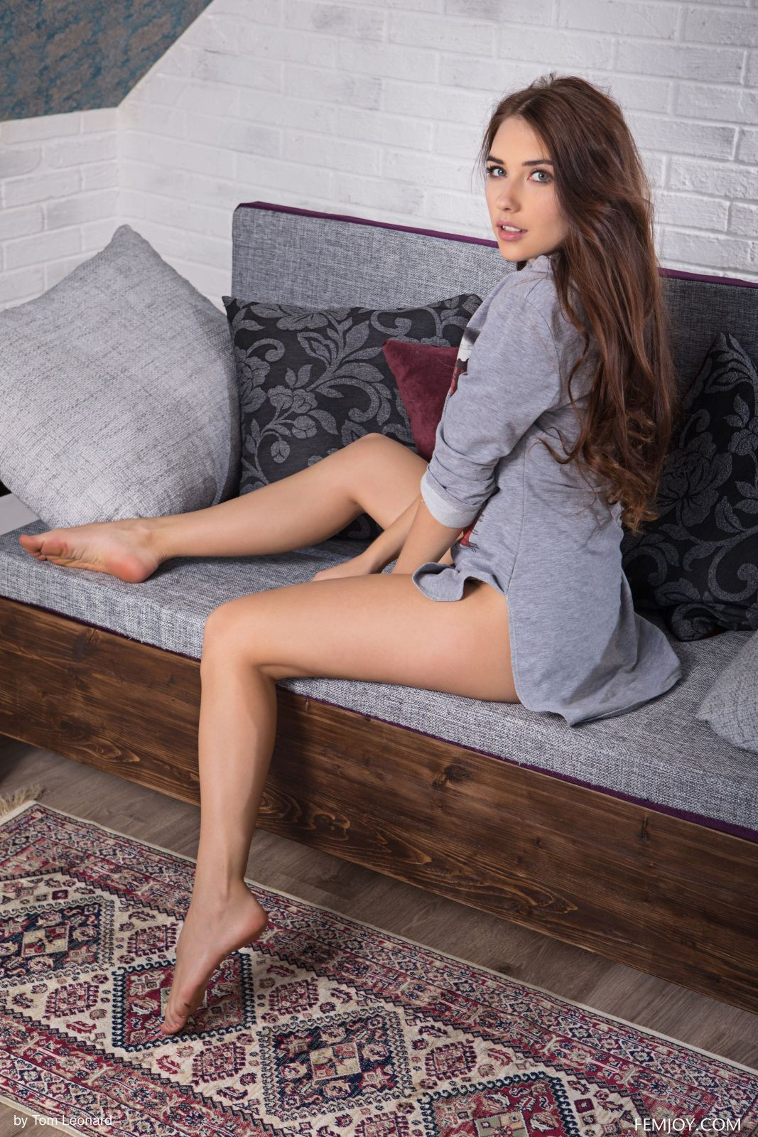 Девушка с аппетитными формами на диване - фото
