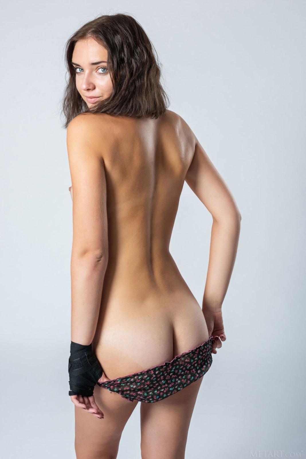 Стройная модель с красивой грудью - фото