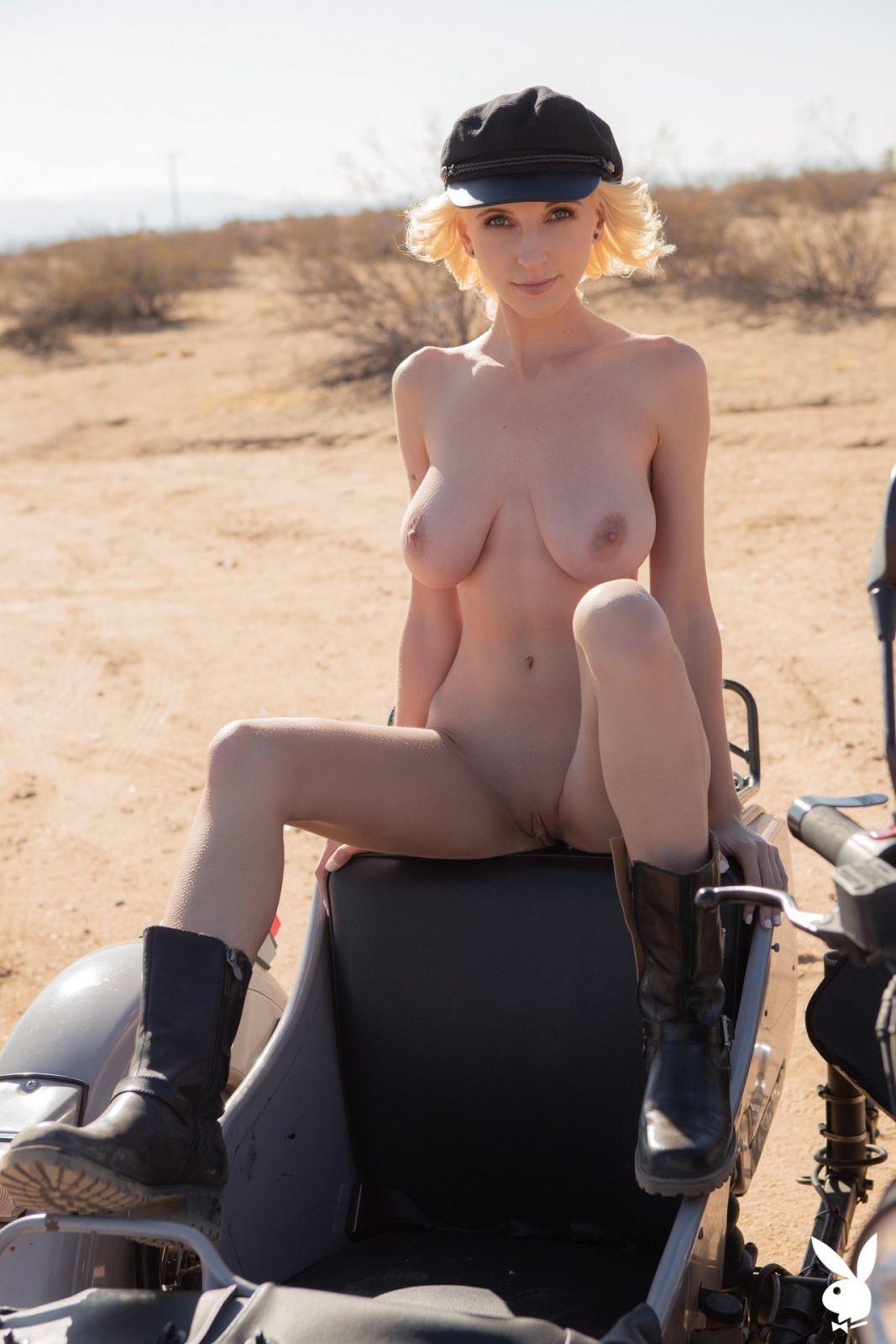 Модель с большими сиськами на мотоцикле - фото