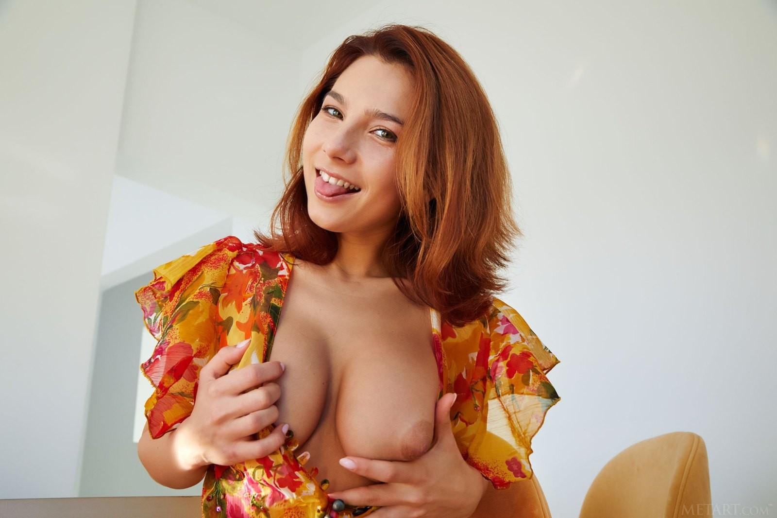 Рыжуха с шикарной упругой задницей - фото